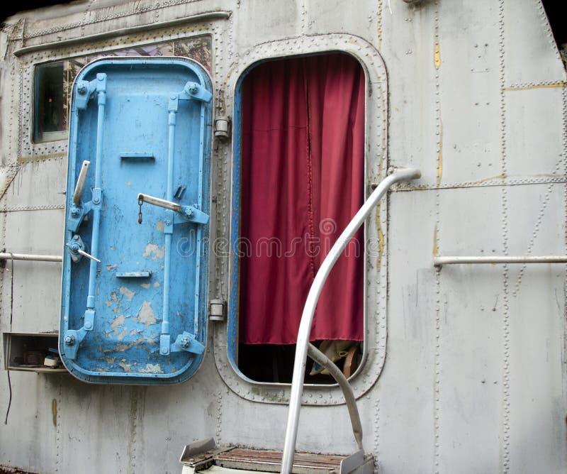Ingang aan de stuurhut van de oude militaire boot stock foto's