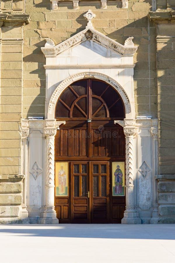 Ingang aan de tempel van Heiligen Cyril en Methodius in Burgas, Bulgarije royalty-vrije stock fotografie