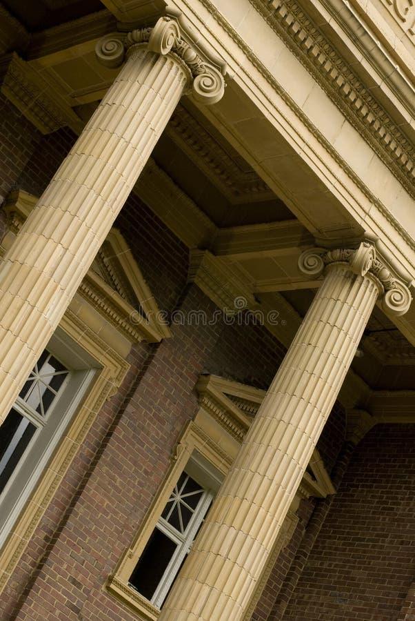 Ingang aan de universiteitsbouw royalty-vrije stock afbeeldingen