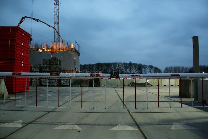 Ingang aan een bouwwerf die door bars wordt gesloten stock foto