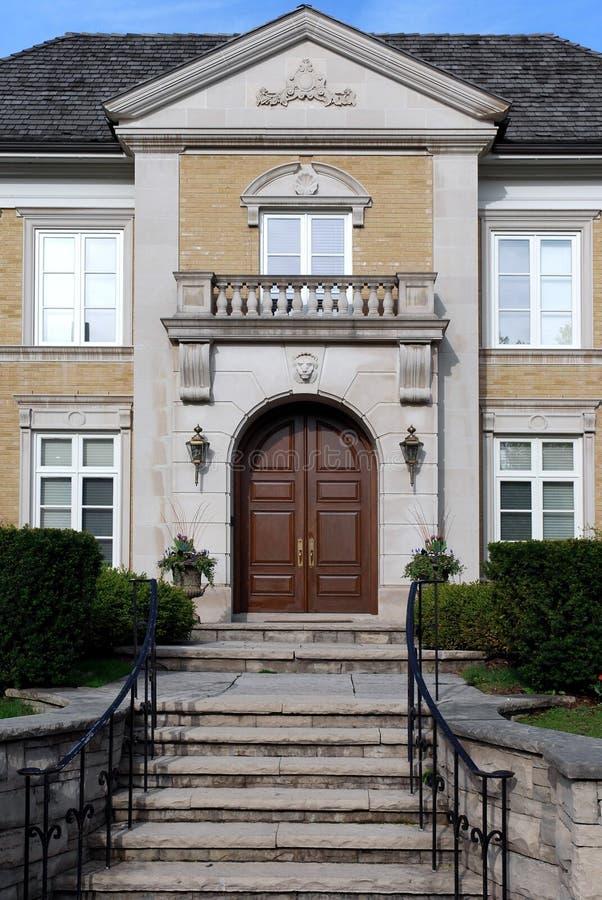 Ingang aan elegant huis royalty-vrije stock fotografie