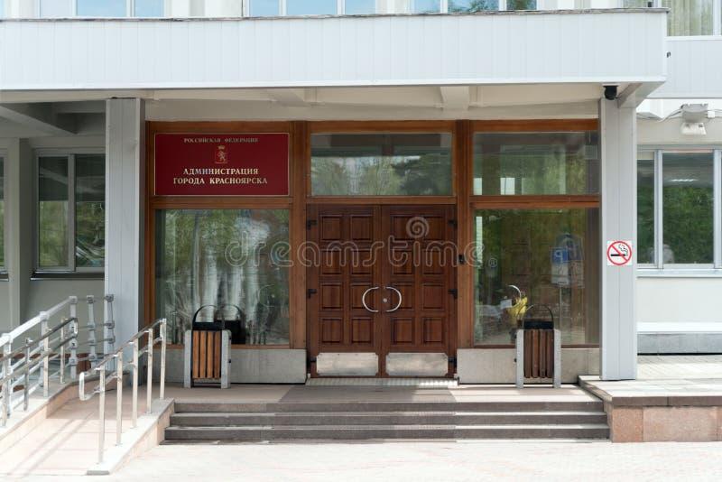Ingang aan het bureaugebouw met een rood Beleid van de tekenstad met een helling voor rolstoelen op de linkerzijde royalty-vrije stock foto