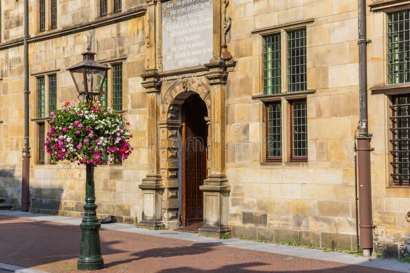 Ingang aan het hoofdgebouw van de universiteit van Leiden stock foto's
