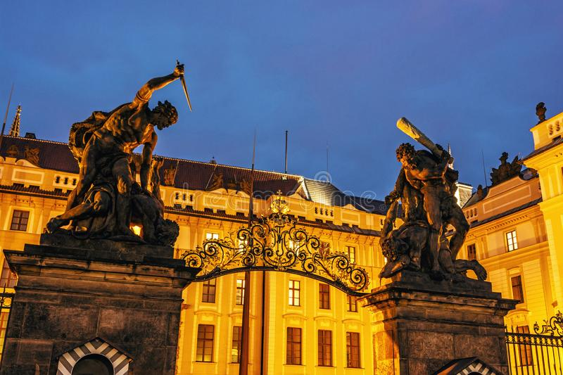 Ingang aan het kasteel met standbeelden, Tsjechisch Praag, royalty-vrije stock foto's