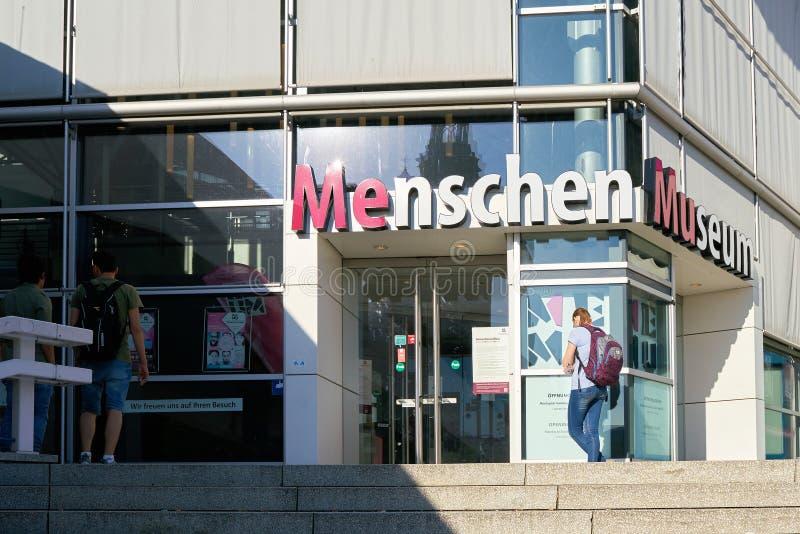 Ingang aan het Menschen-Museum door Gunther von Hagens in Alexanderplatz in Berlijn royalty-vrije stock afbeeldingen