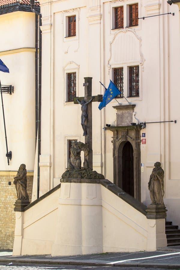 Download Ingang Aan Het Oude Historische Gebouw In Praag Redactionele Afbeelding - Afbeelding bestaande uit historisch, buitenkant: 107700970
