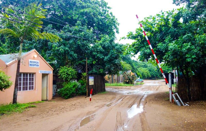 Ingang aan het strand in Mozambique stock foto's