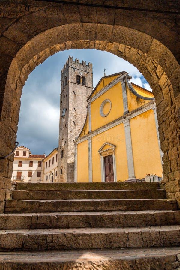 Ingang aan het vierkant in de historische stad van Motovun royalty-vrije stock afbeeldingen