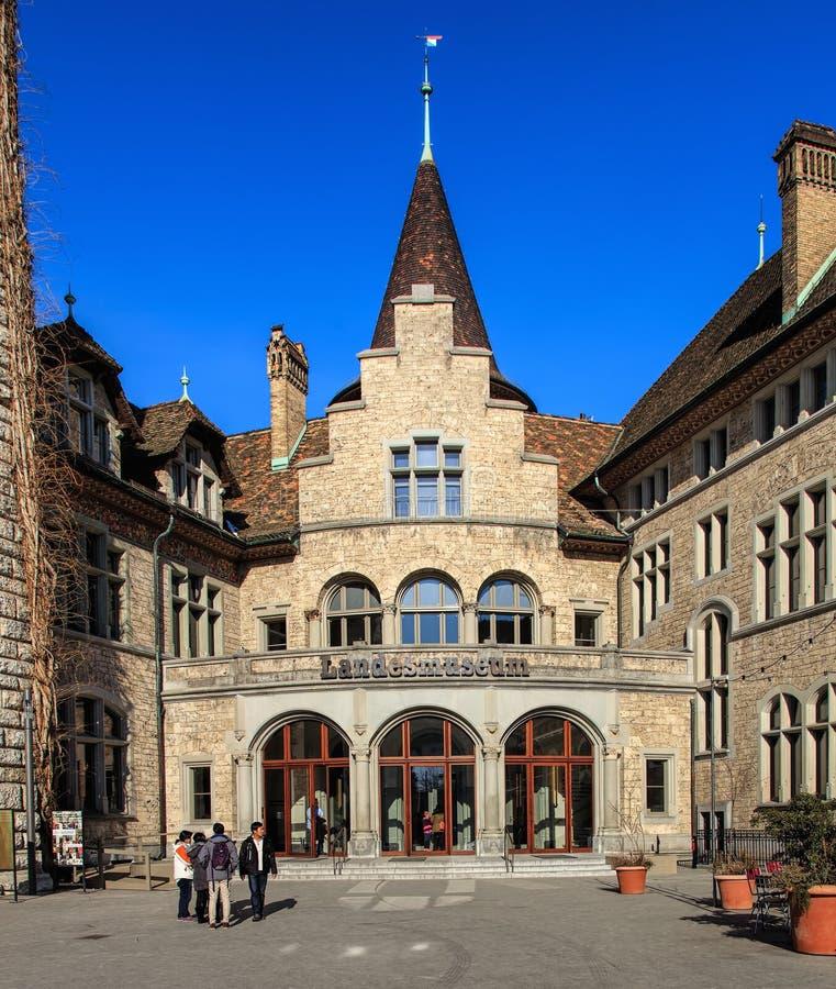 Ingang aan het Zwitserse Nationale Museum in Zürich stock afbeelding