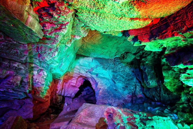 Ingang aan ijshol surrealistische ondergronds Het gat in het hol, in fantastische kleuren wordt geschilderd die royalty-vrije stock afbeeldingen