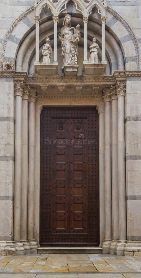 Ingang aan Katholiek Christian Cathedral Verfraaid poortverstand royalty-vrije stock afbeeldingen