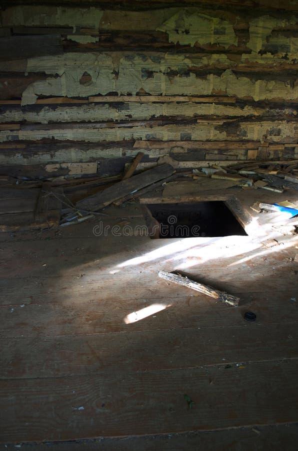 Ingang aan ondergronds in een verlaten oud huis stock foto's