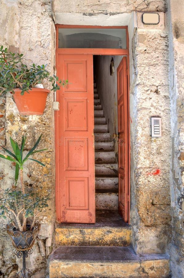 Ingang aan oud huis. Ventimiglia, Italië. stock fotografie