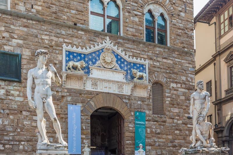 Ingang aan Palazzo Vecchio met frontispice en standbeelden, Flore stock afbeeldingen