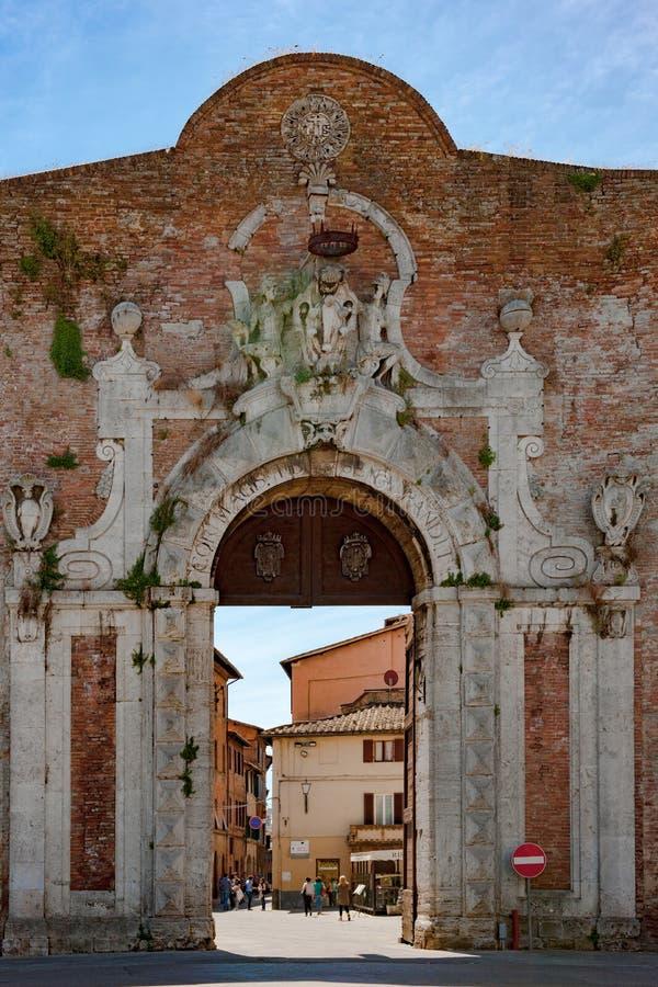 Ingang aan Siena, de Poort van Porta Camollia met het heraldische schild van Medici in Siena, Toscanië, Italië stock afbeeldingen