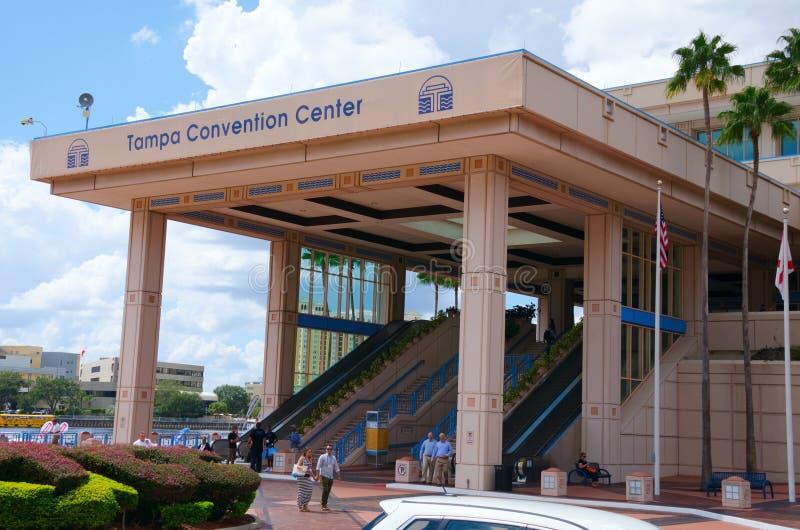 Ingang aan Tamper Convention Center met mensen vooraan royalty-vrije stock foto's