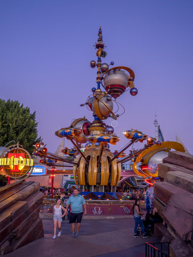 Ingang aan Tomorrowland in Disneyland stock foto's