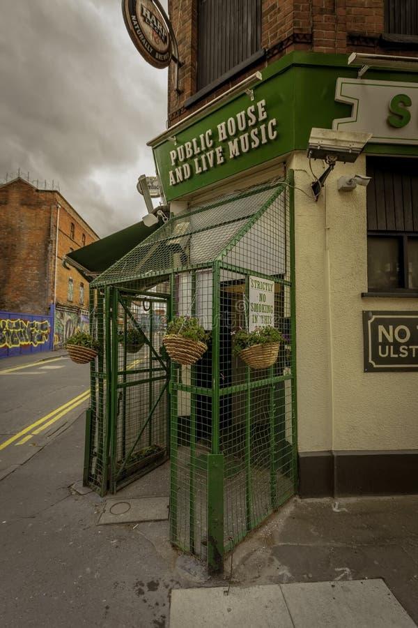 Ingang aan Zonnebloem Café in Belfast met Veiligheidskooi stock foto