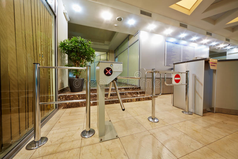 Ingang die met driepoot-turnstile wordt uitgerust royalty-vrije stock afbeelding
