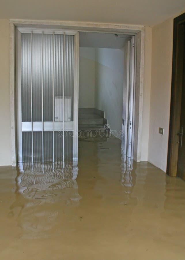 Ingang en trap van het Huis door modder 1 is binnengevallen die royalty-vrije stock foto