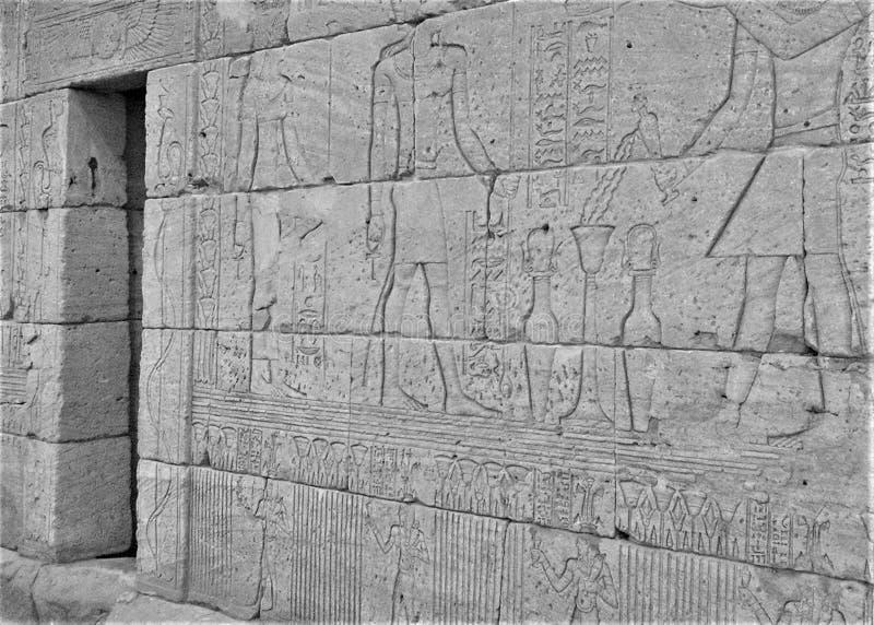 Ingang langs muur van de Tempel van Dendur met Osiris royalty-vrije stock foto's