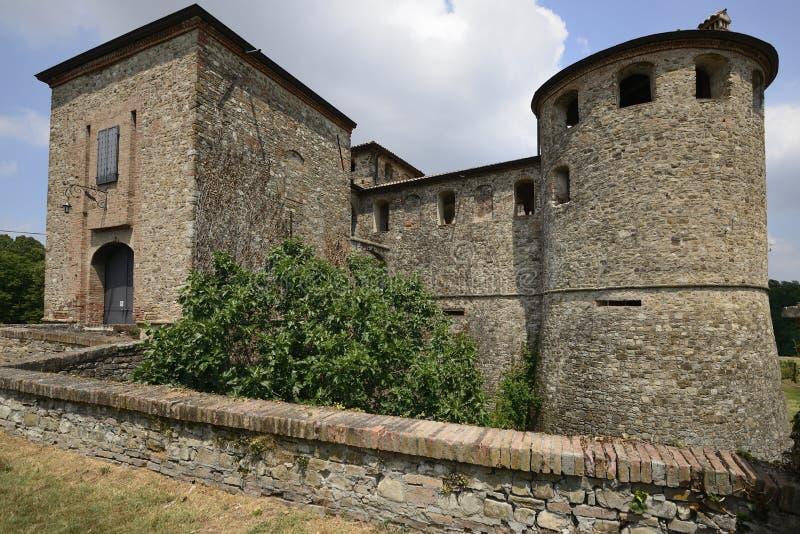 Ingang van Agazzano kasteel, de heuvels van Piacenza stock afbeeldingen