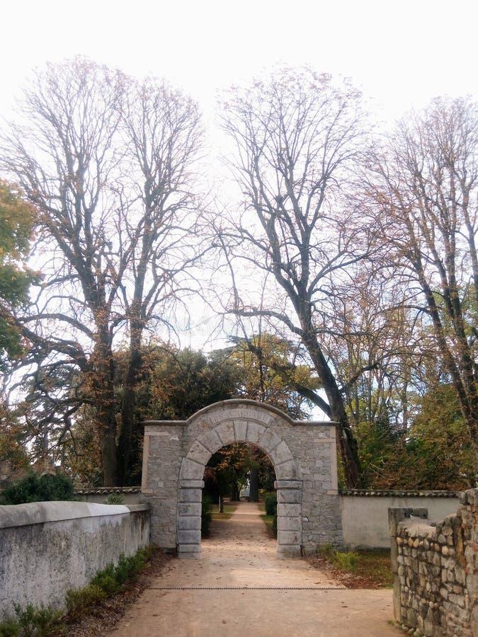 Ingang van Beauregard-park, St Genis Laval, Frankrijk stock afbeelding