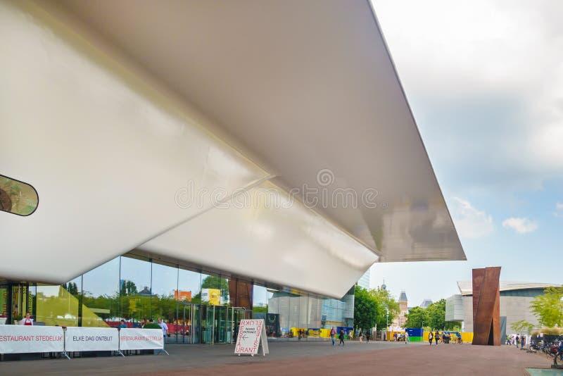 Ingang van beroemde Stedelijk Musem in Amsterdam stock foto