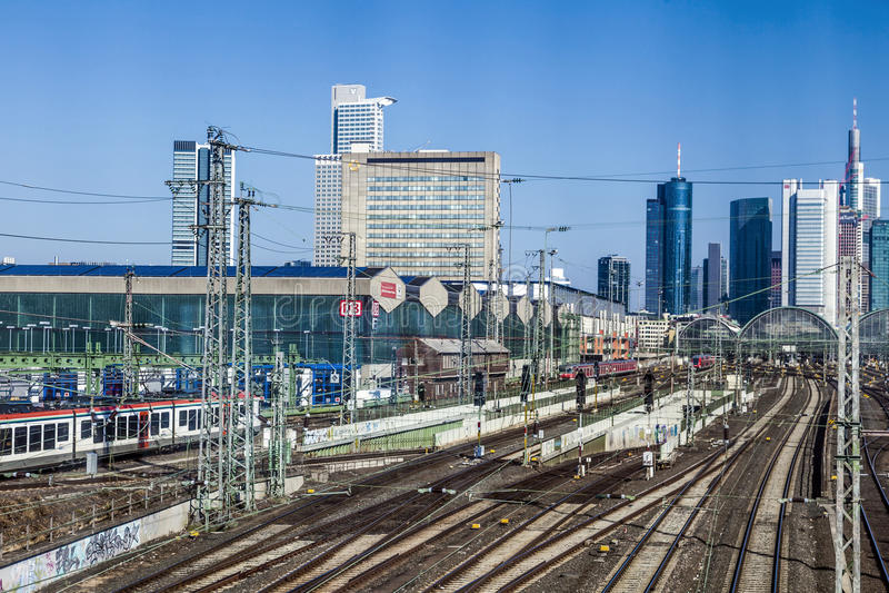 Ingang van centrale post in Frankfurt met horizon stock foto's
