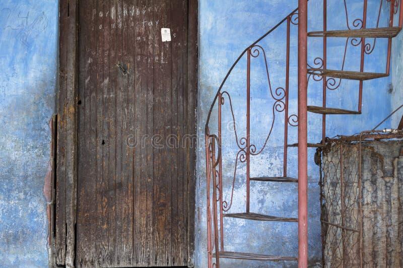 Ingang van een koloniaal huis in Guantanamo, Cuba stock foto's