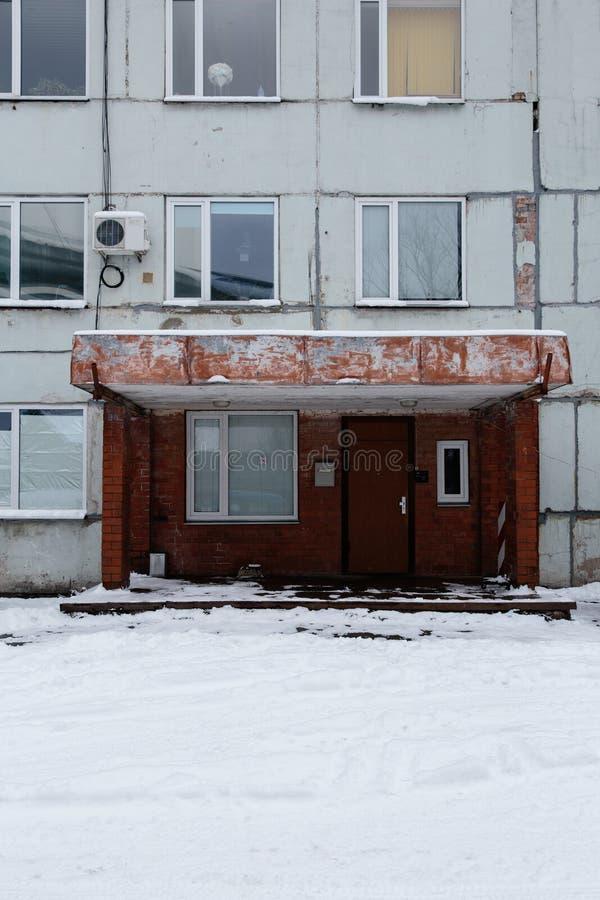 Ingang van een oud sovjetgebouw in Riga, Letland royalty-vrije stock afbeeldingen