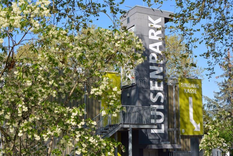 Ingang van gemeentelijk park genoemd 'Luisenpark 'de waarvan aantrekkelijkheden een serre, boten, dieren, tuinen omvatten royalty-vrije stock afbeelding