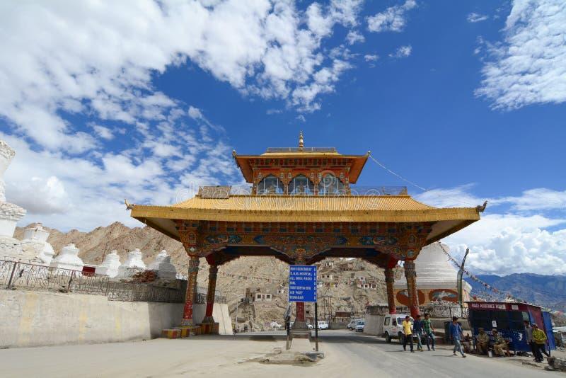 Ingang van Leh-stad in Ladakh stock afbeelding