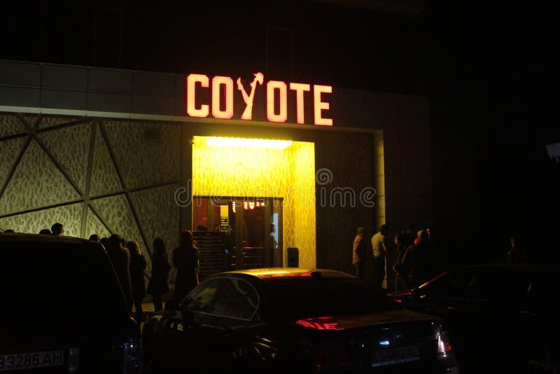 Ingang van nachtclub in Bishkek stock afbeeldingen