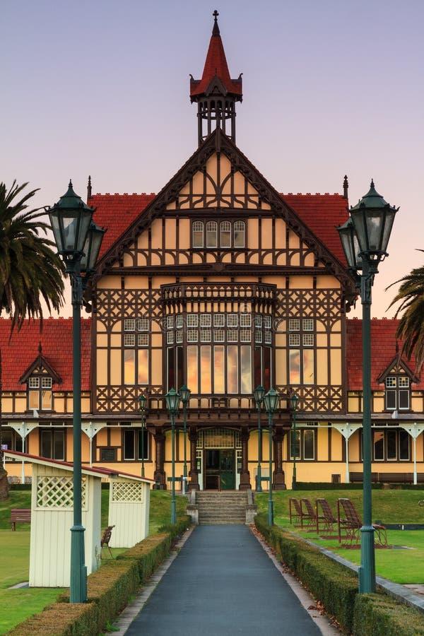 Ingang van Rotorua-Museum bij schemer stock foto