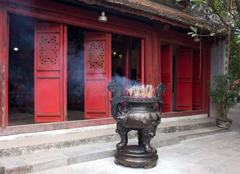 Ingang van tempel met de wierookbrander royalty-vrije stock afbeeldingen