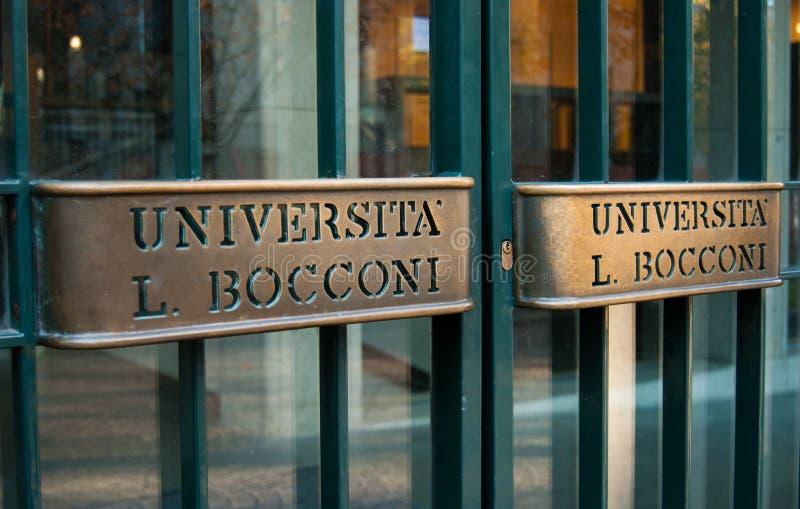 Ingang voor studenten van Bocconi-Universiteit van Milaan stock foto's