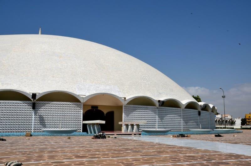 Ingangsbinnenplaats aan Masjid Tooba of Ronde Moskee met marmeren koepelminaret en tuinendefensie Pakistan Van karachi stock afbeelding