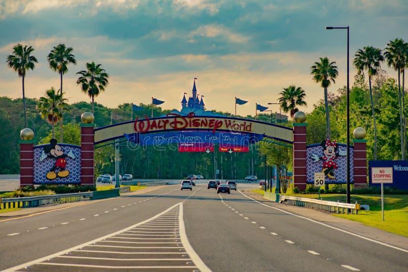 Ingangsboog van Walt Disney World Theme Parks op mooie zonsondergangachtergrond bij het Uitzichtgebied van Meerbuena 2 royalty-vrije stock afbeelding