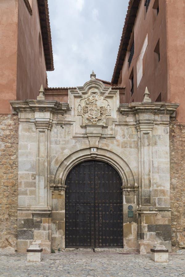 Ingangsdeur aan één van de paleizen in AlbarracÃn, Teruel, Spai stock fotografie