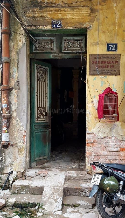 Ingangsdeur aan huis in Oud Kwart van Hanoi stock foto