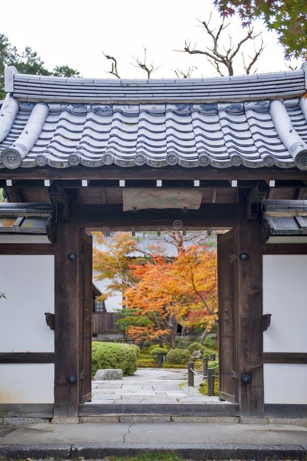 Ingangsdeur aan mooie Japanse esdoorntuin tijdens de herfst bij Enkoji-Tempel in Kyoto, Japan stock afbeeldingen