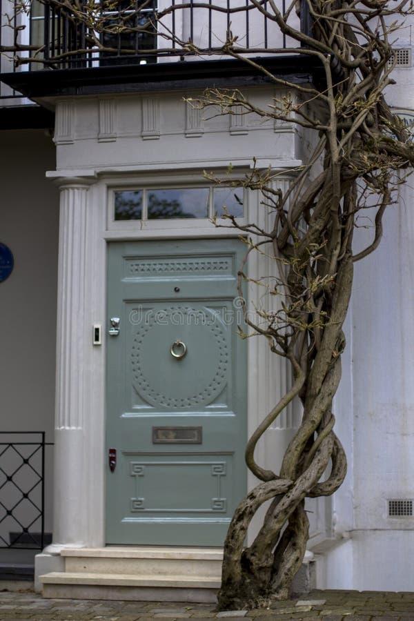 Ingangsdeur aan woningbouw in Londen Typische deur in de Engelse stijl royalty-vrije stock foto