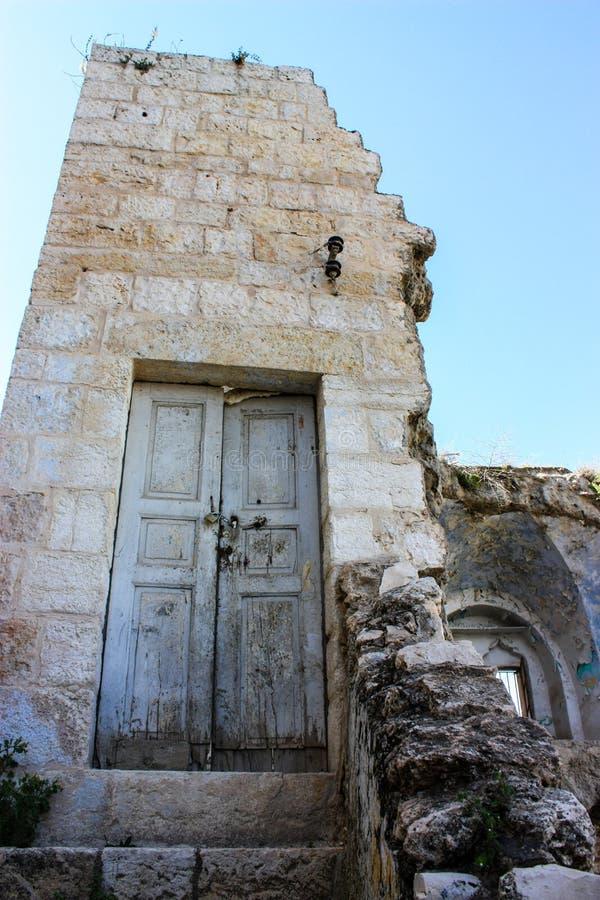 Ingangsdeur van een gebombardeerd huis op Palestijns Grondgebied stock fotografie