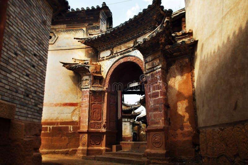 ingangsdeur van oud traditioneel Chinees huis stock foto's