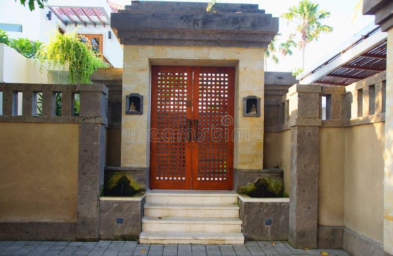 Ingangspoort aan het perceel van de villa in Sanur op het eiland van stock afbeelding