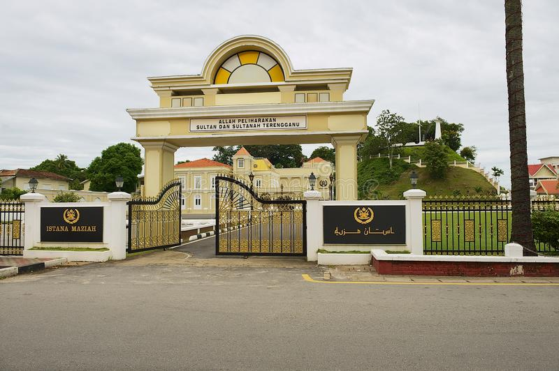 Ingangspoort aan het Sultan` s Paleis Istana Maziah in Kuala Terengganu, Maleisië stock foto's