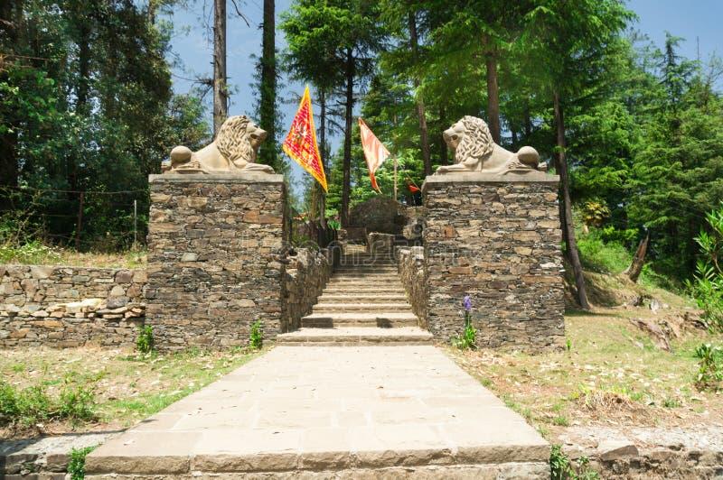 Ingangspoort met de leeuwstandbeeld en vlaggen van de steeningang stock fotografie