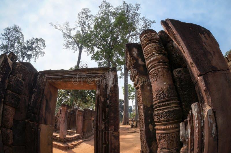 Ingangspoort van de oude tempel van Banteay Srei, royalty-vrije stock foto's
