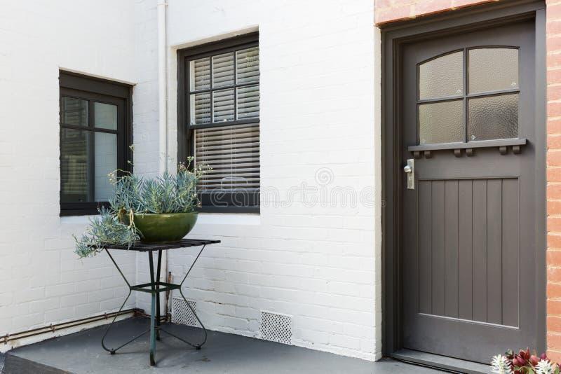 Ingangsportiek en voordeur van een flat van de art decostijl stock afbeelding